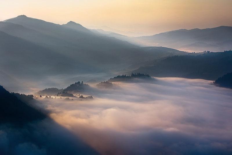 sun kissed landscape photos bathed in fog boguslaw strempel 1 Beautiful Sun Kissed Landscape Photos Bathed in Fog