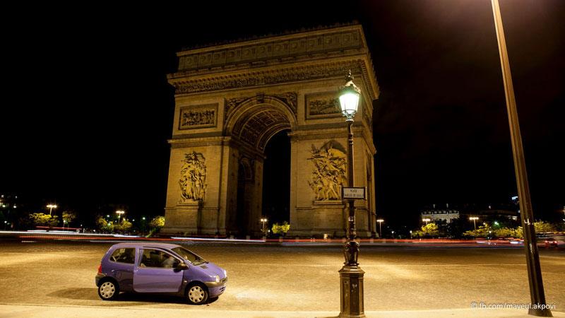 arc de triumphe at night paris in motion mayeul akpovi (13)
