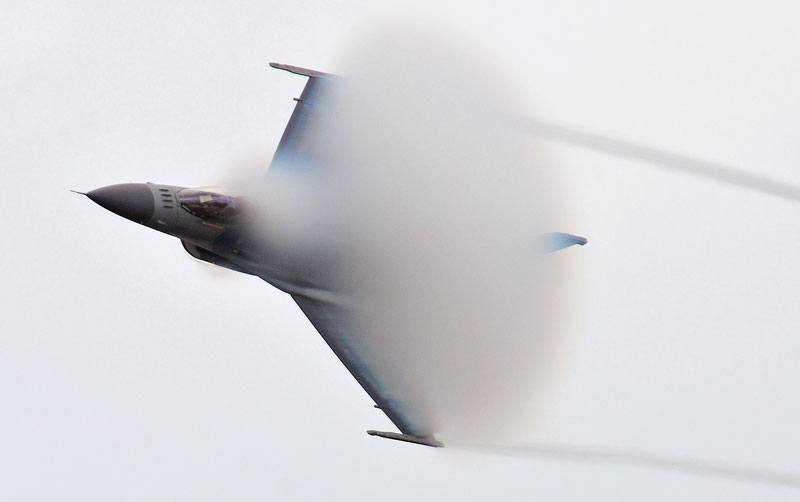 vapor cone-of-condensation-f16-approaching mach 1 speed of sound