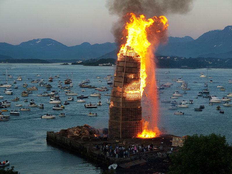 worlds biggest bonfire alesund norway sankthans slinningsbalet midsummer (3)