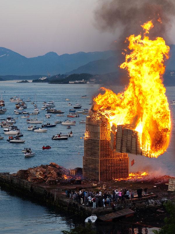 worlds biggest bonfire alesund norway sankthans slinningsbalet midsummer (5)