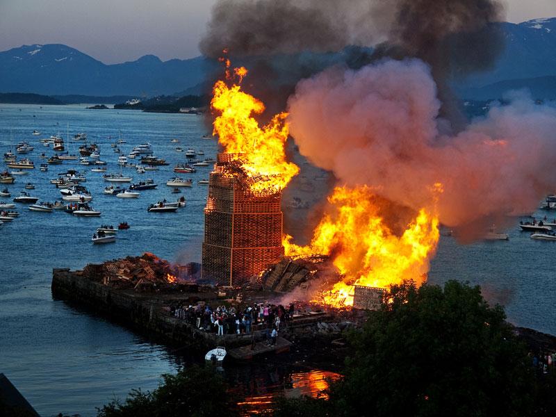 worlds biggest bonfire alesund norway sankthans slinningsbalet midsummer (6)