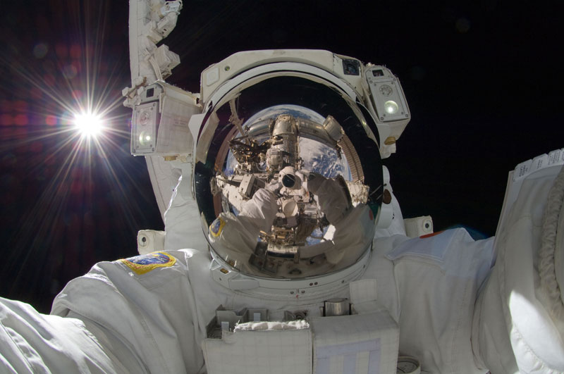self portrait in space aki hoshide earth reflected in helmet The Top 25 Pictures of the Day for 2013