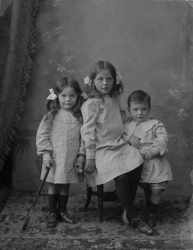 three-children-of-a-Mrs-Murdoch-from-Kilcoran-Lodge,-Cahir,-Co