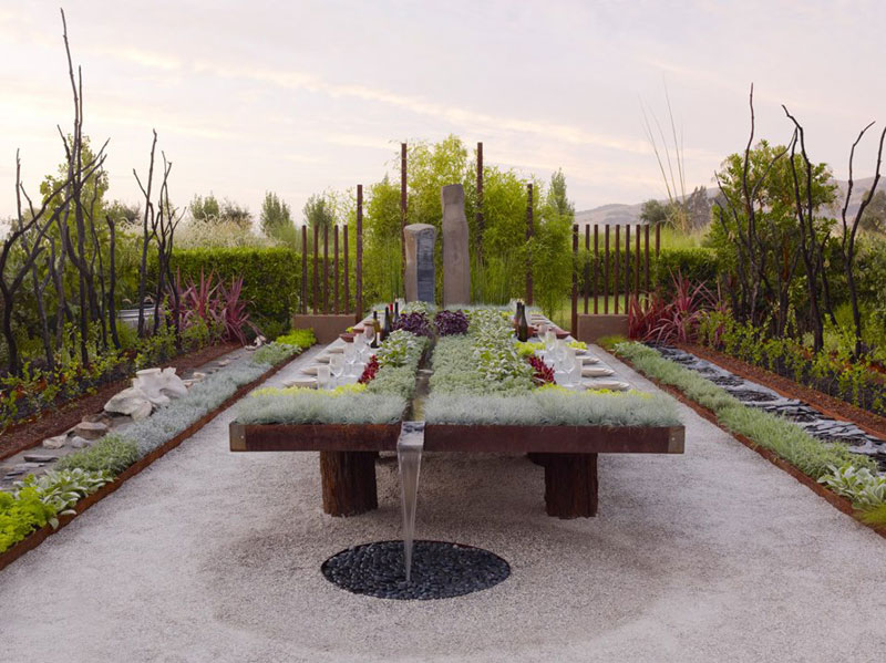 outdoor living garden table with plants and running water (1)