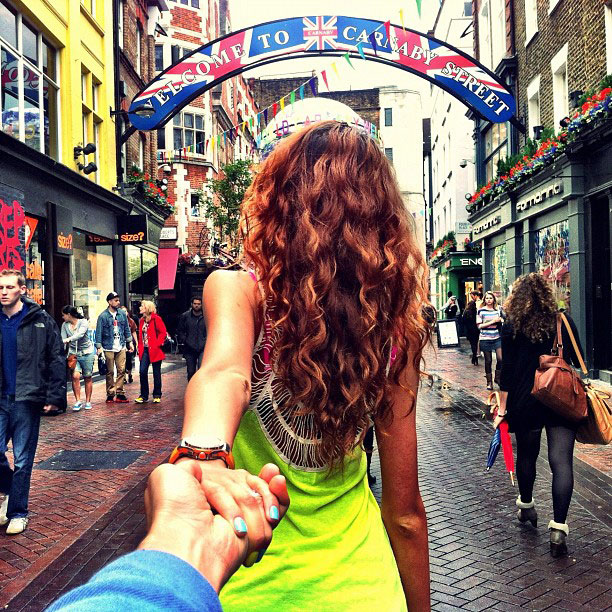 photographer follows girlfriend around the world holding hand photo series (1)