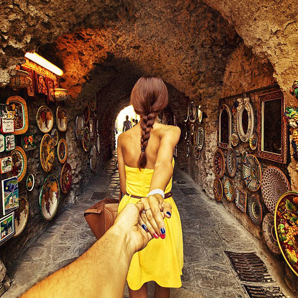 photographer follows girlfriend around the world holding hand photo series (15)