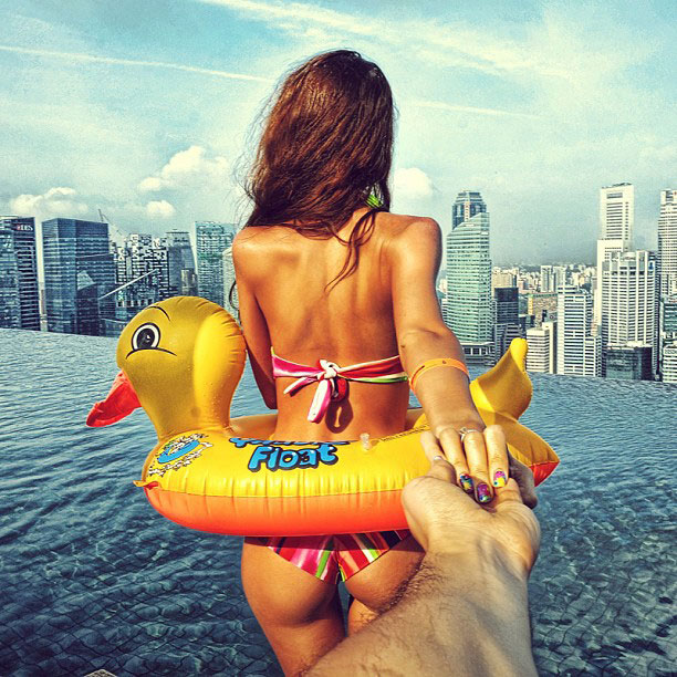 photographer follows girlfriend around the world holding hand photo series (3)