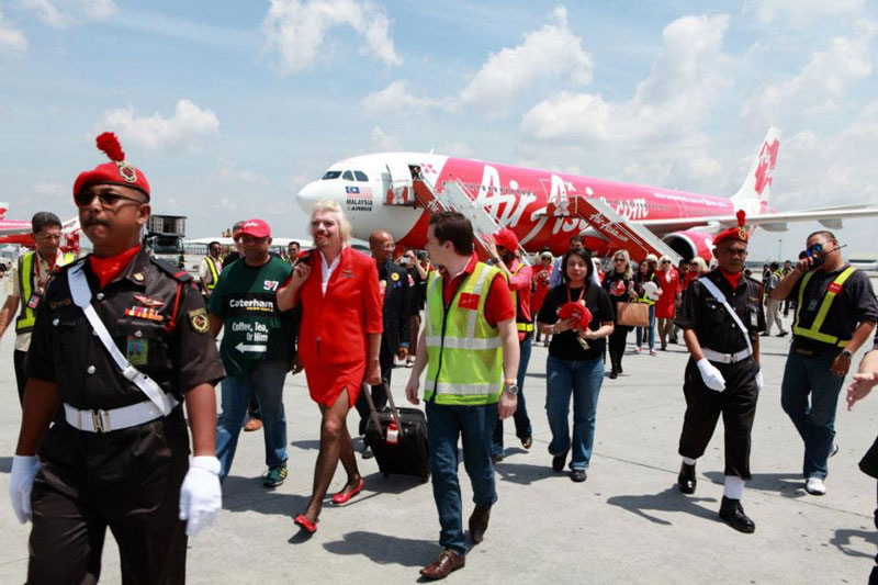 richard branson loses bet dresses as a female stewardess (3)