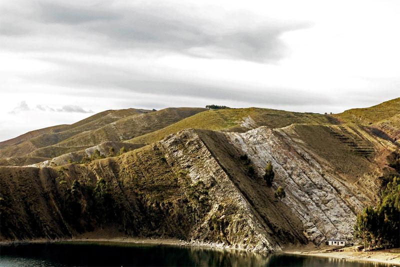 Fishing-hut-on-Isla-Del-Sol-in-Lake-Titicaca,-Bolivia