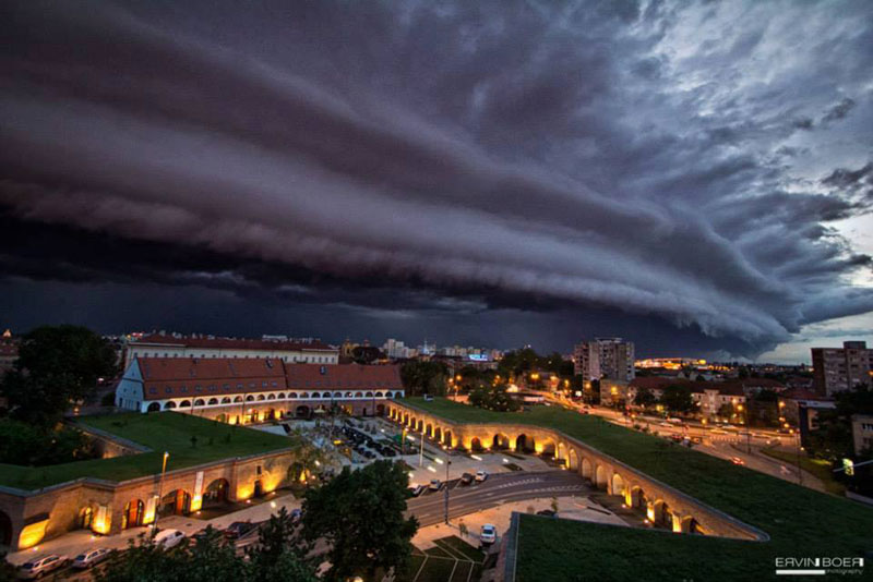 shelf cloud over timisoara romania ervin boer 21 Terrifyingly Beautiful Photos of Incoming Storm Clouds