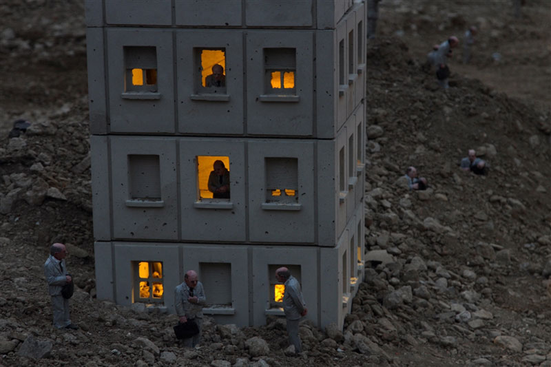 follow the leaders by isaac cordal (11)