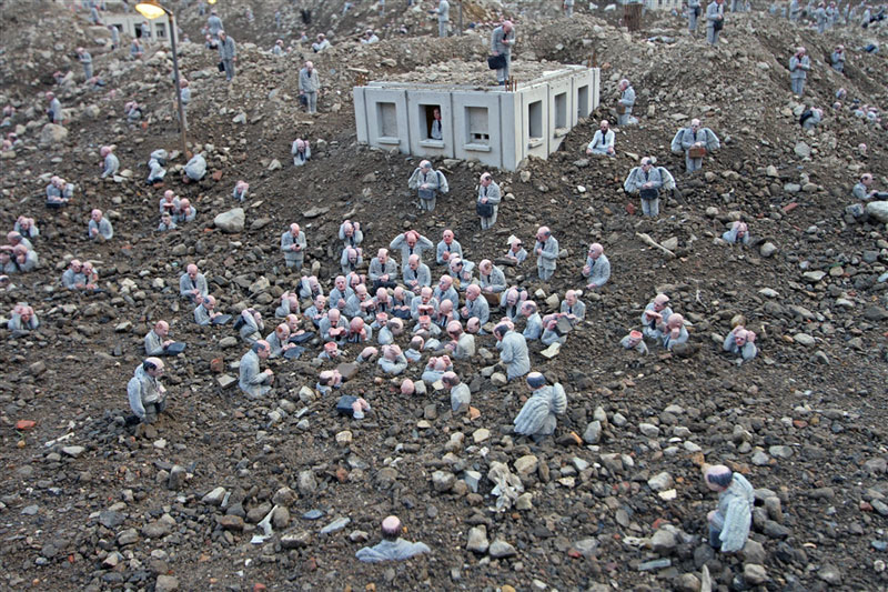 follow the leaders by isaac cordal (12)