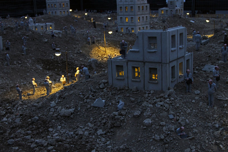 follow the leaders by isaac cordal (14)
