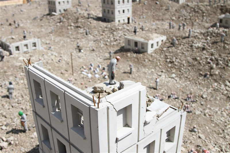 follow the leaders by isaac cordal (20)
