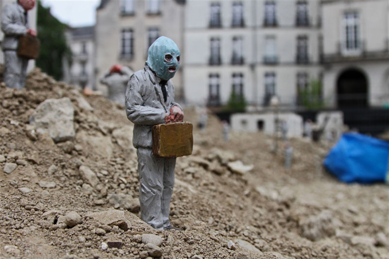 follow the leaders by isaac cordal (3)