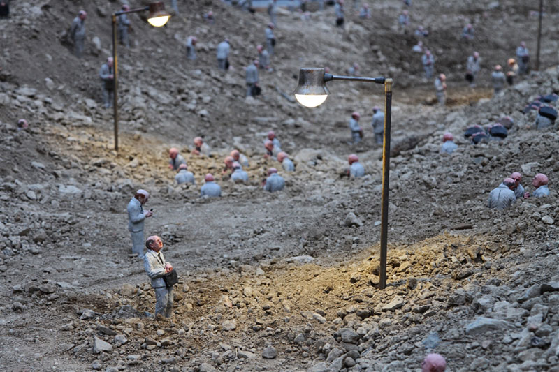 follow the leaders by isaac cordal (4)