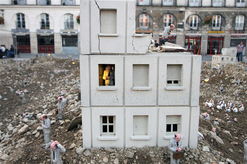 follow the leaders by isaac cordal (6)