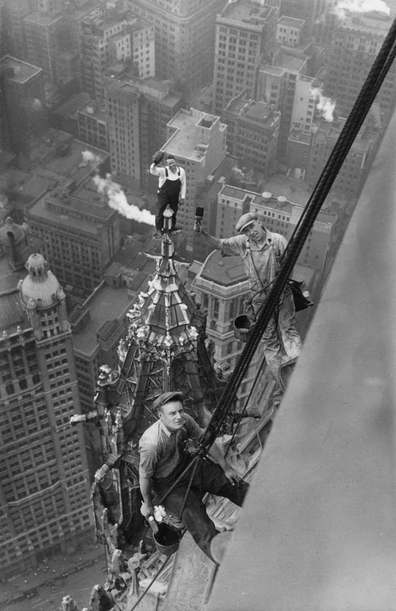 Workers-atop-the-Woolworth-Building,-New-York,-1926