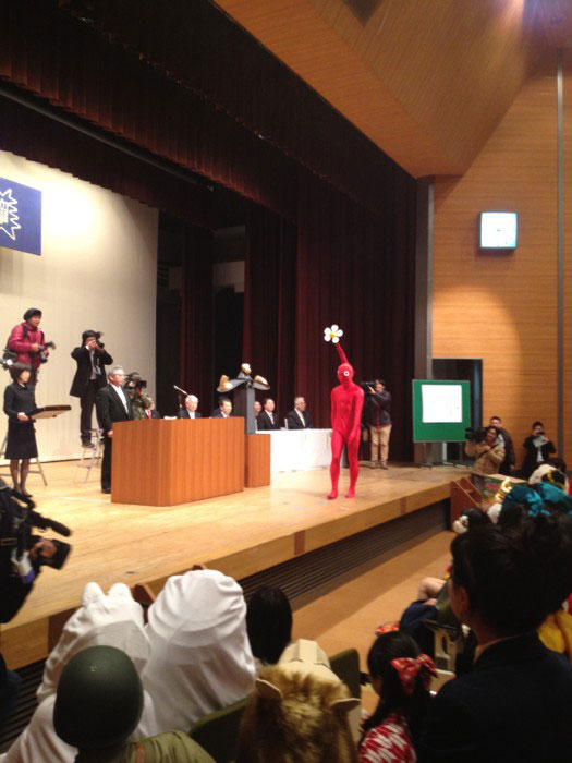 Kanazawa College of Art in Japan Lets Students Wear Costumes to Graduation (20)