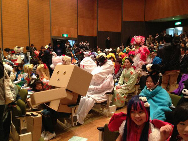 Kanazawa College of Art in Japan Lets Students Wear Costumes to Graduation (9)