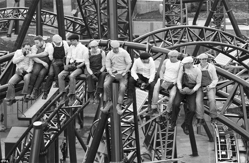 recreating Lunch-atop-a-Skyscraper-Construction-Workers-Lunching-on-a-Crossbeam)