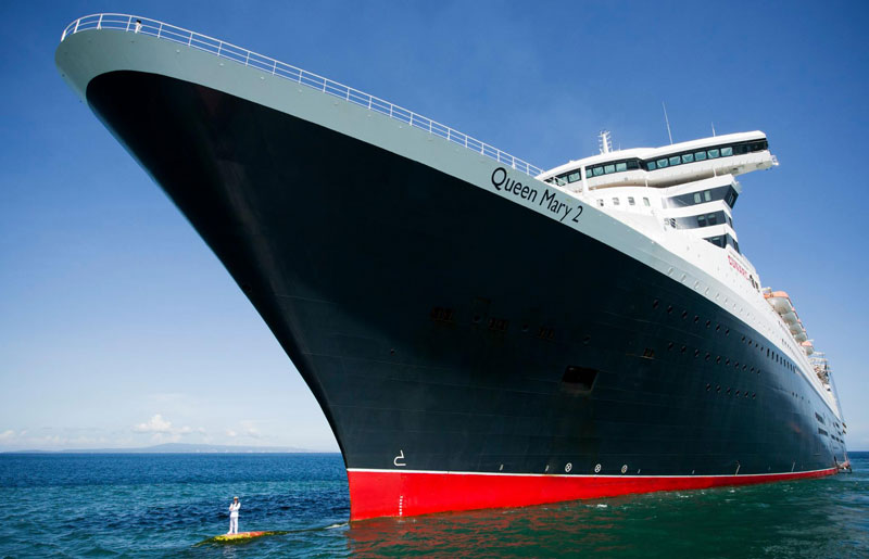 captain stands on bulbous bow of queen marry 2 (1)