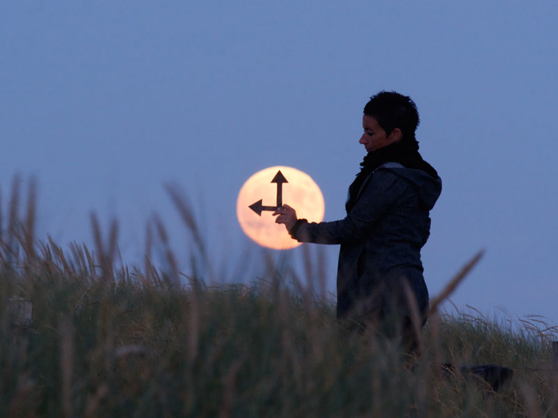playing with the moon by laurent laveder (3)