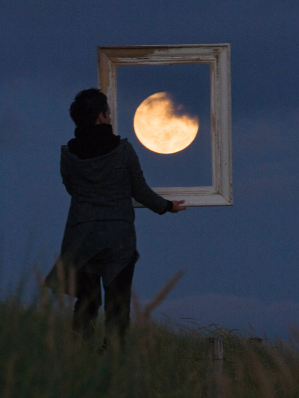 playing with the moon by laurent laveder (4)