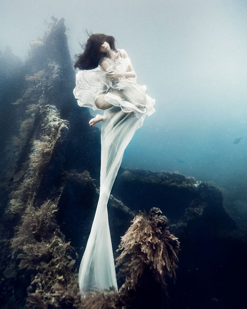 Underwater Photoshoot with Freedivers and a Shipwreck in Bali by benjamin von wong (2)