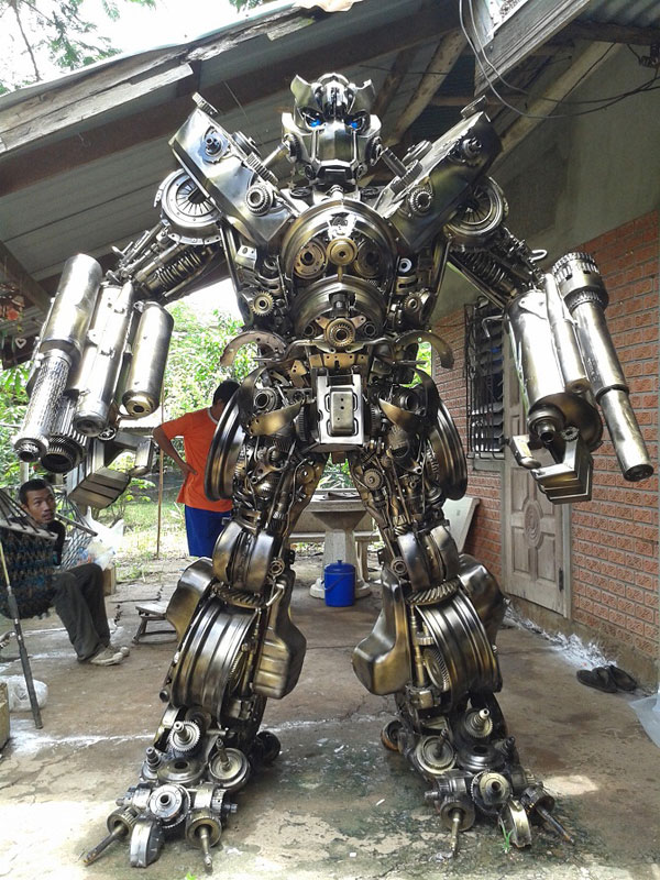 giant transformers made from old car parts (3)