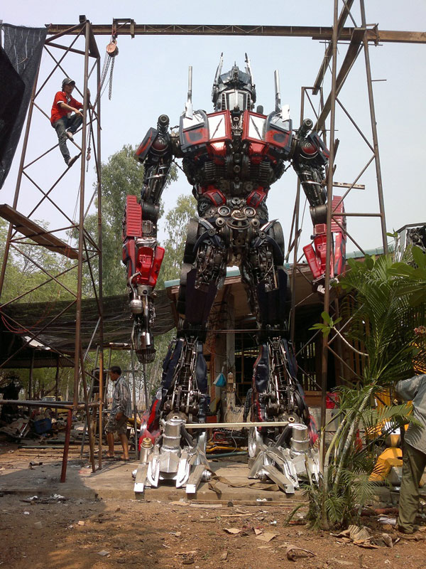 giant transformers made from old car parts (7)