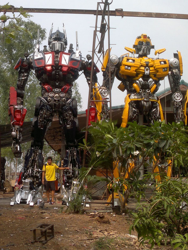 giant transformers made from old car parts (8)