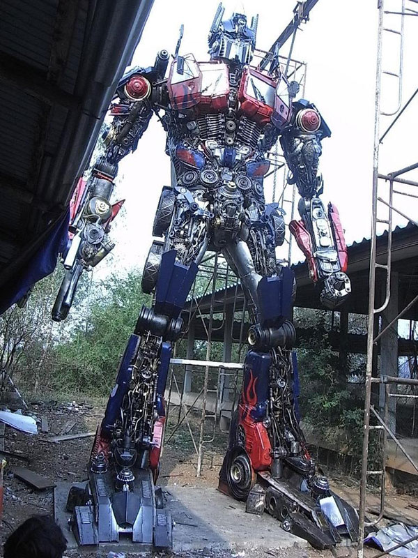 giant transformers made from old car parts (9)
