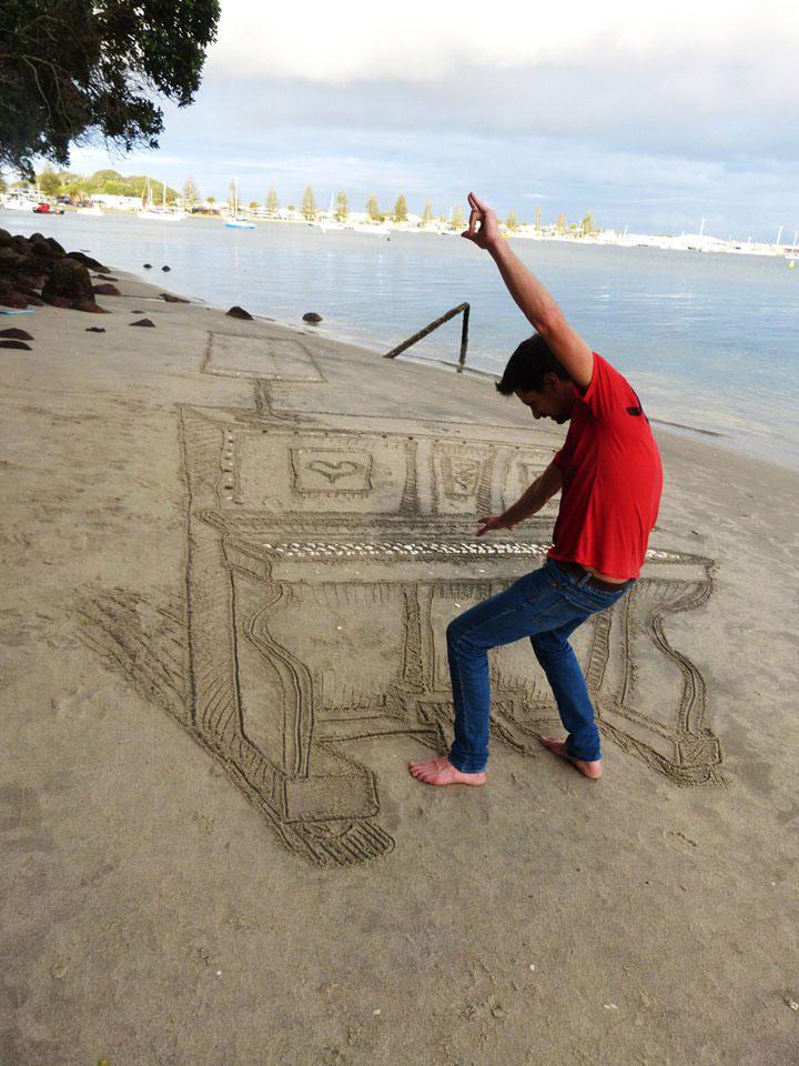 3d sand piano beach art by jamie harkins (3)