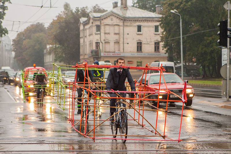 latvian cyclists demonstrate bikes taking up as much space as cars (2)