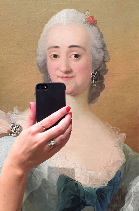 Photos-of-Museum-Portraits-Taking-Selfies-1