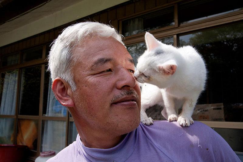 after fukushima Naoto Matsumura takes care of abandoned animals in tomioka (11)