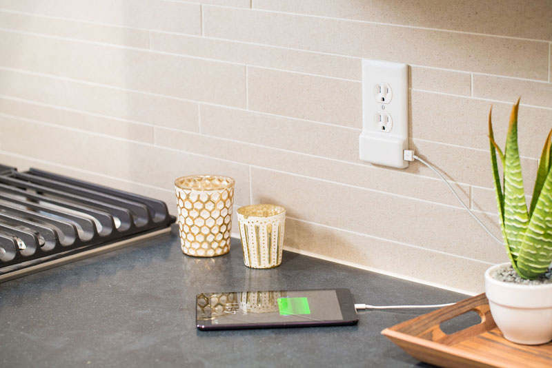 SnapPower_Product_USBCharger_White_Angle_Kitchen01_iPad_Web_v01-1030x688