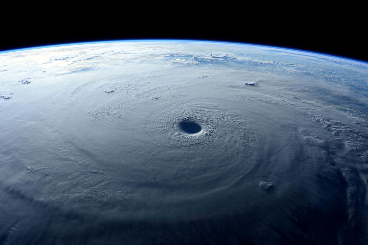 Astronauts-Capture-Terrifying-Photos-of-Super-Typhoon-Maysak-from-Space-(9)