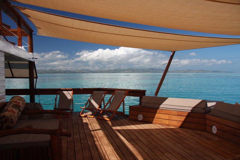 cloud 9 fiji floating bar in the middle of the ocean (14)