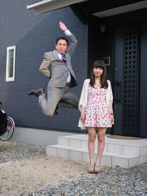 Japanese Businessmen Jumping Beside their Daughters by yuki aoyama (1)