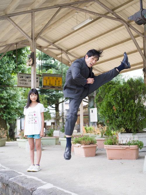Japanese Businessmen Jumping Beside their Daughters by yuki aoyama (9)