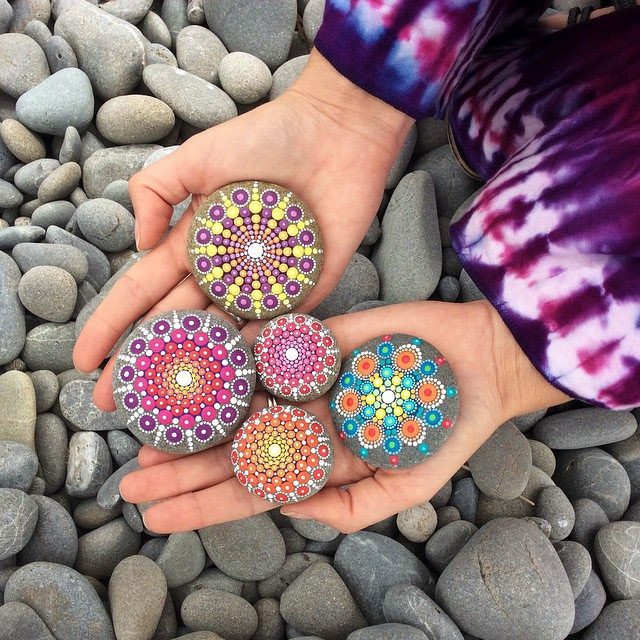 11021114 904459249612043 8364250955447949748 n Artist Finds Beautiful Beach Stones and Covers Them in Tiny Dots of Paint