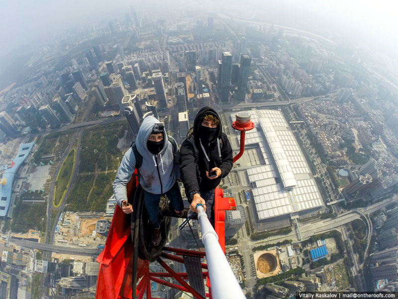 daredevils climb scale ping an finance centre shenzhen  (4)