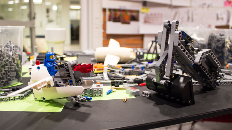 Prosthetic lets Kids Build Attachments Out of LEGO Carlos Arturo Torres Tovar (2)