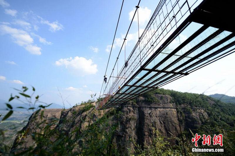 glass suspension bridge shiniuzhai national geological park hunan china (1)
