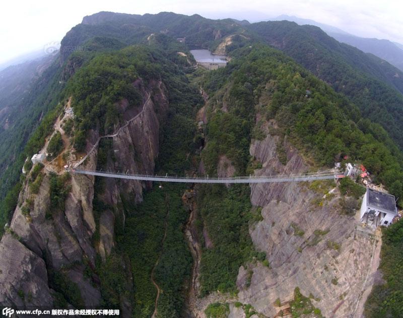 glass suspension bridge shiniuzhai national geological park hunan china (2)