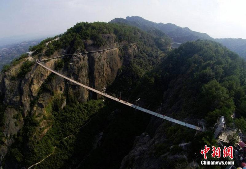 glass suspension bridge shiniuzhai national geological park hunan china (6)