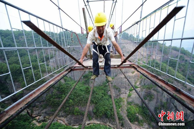 glass suspension bridge shiniuzhai national geological park hunan china (7)